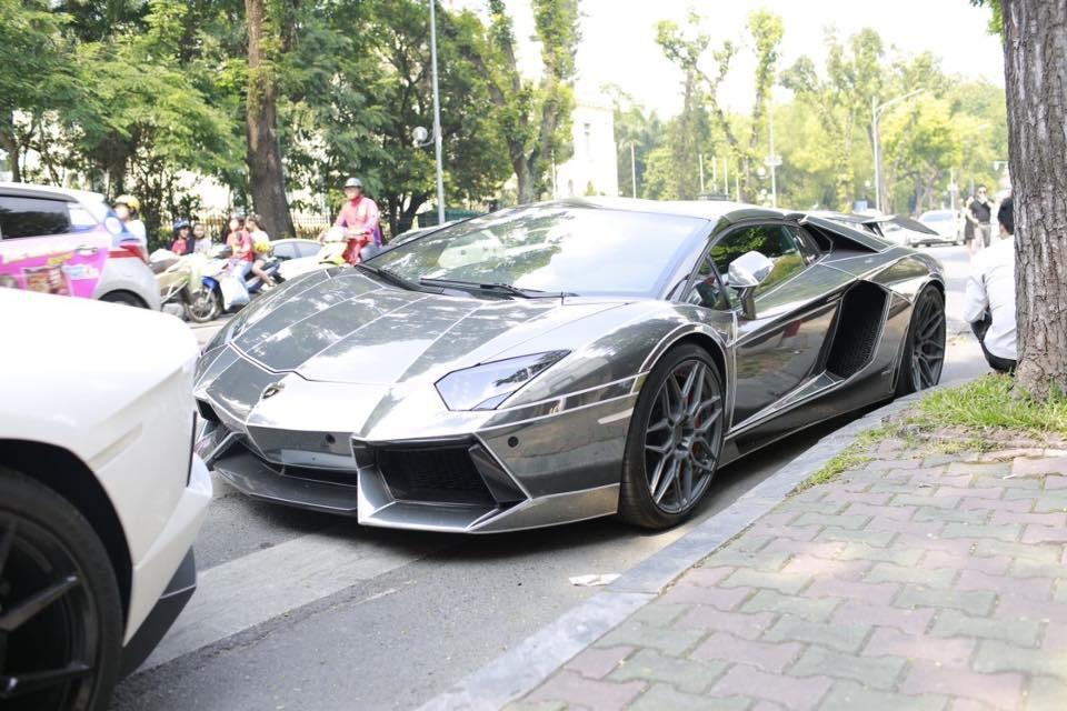 Lamborghini Aventador LP700-4 mui trần bị cháy ở đuôi xe tại Đà Nẵng lúc còn bộ áo crôm đen