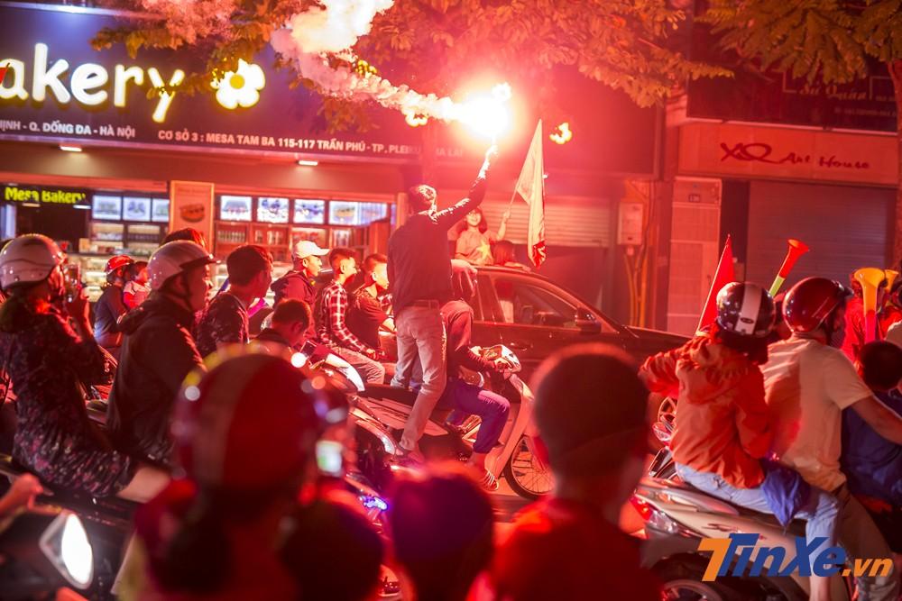 Vấn nạn pháo sáng có thể gây nguy hiểm cho nhiều người vẫn tiếp tục xuất hiện.