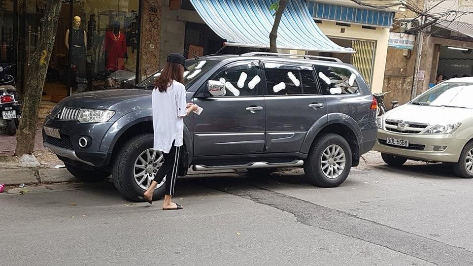 Mitsubishi Pajero Sport bị cô gái dán băng vệ sinh lên thân xe vì đỗ chắn cửa hàng thời trang