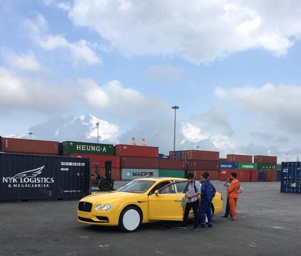 Xe siêu sang Bentley Flying Spur V8 S màu vàng Monaco cập cảng Hải Phòng