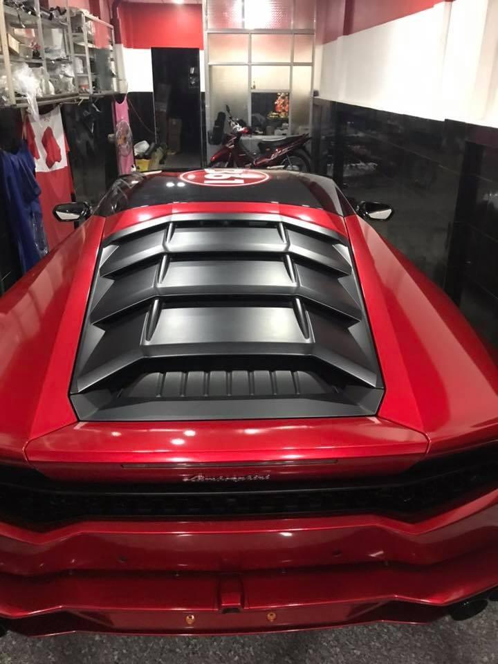 Và trên nóc siêu xe Lamborghini Huracan được dán số