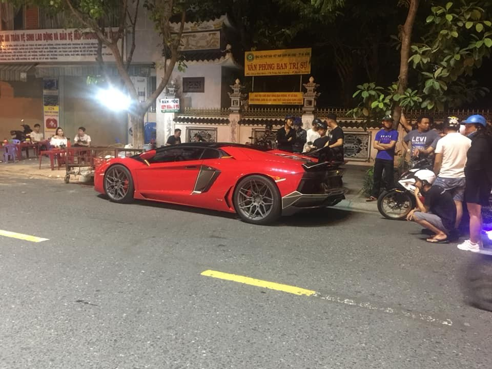 Chủ nhân Lamborghini Aventador LP700-4 mui trần muốn có biển số Đà Nẵng nên đã đem xe vào đây đăng ký