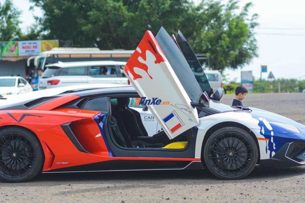 Những chi tiết trên đều có mặt trong bộ áo bò sữa phong cách Pháp của Minh Nhựa dành cho siêu xe Lamborghini Aventador SV