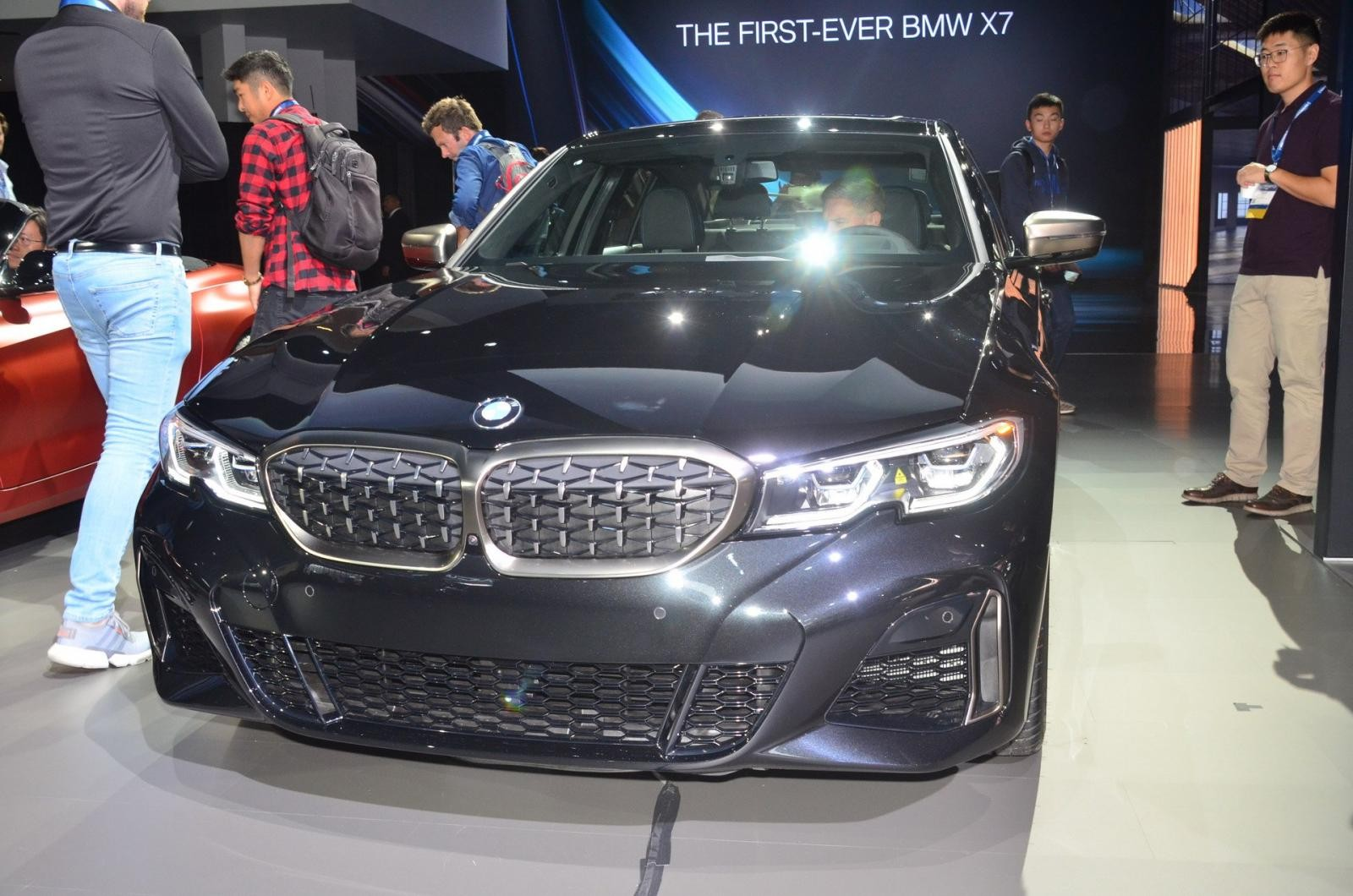 Đầu xe BMW M340i 2019 nổi bật với lưới tản nhiệt quả thận đặc trưng và cụm đèn pha sắc sảo, góc cạnh