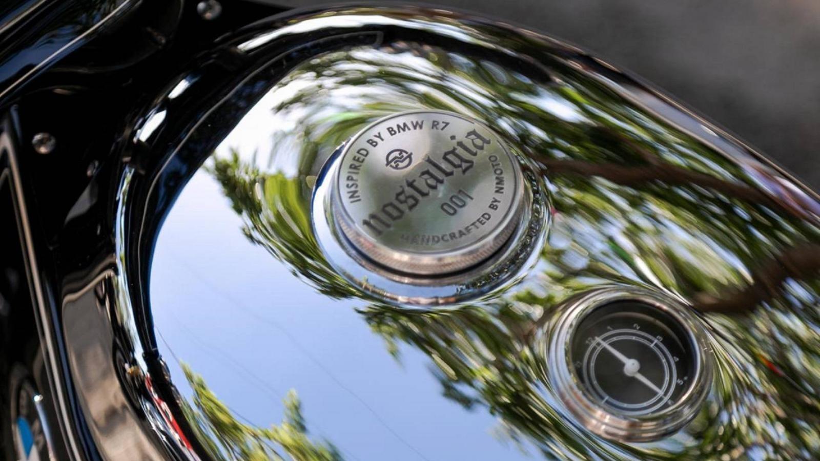 Nắp bình xăng khắc tên xe Nostalgia, bên dưới là đồng hồ báo xăng