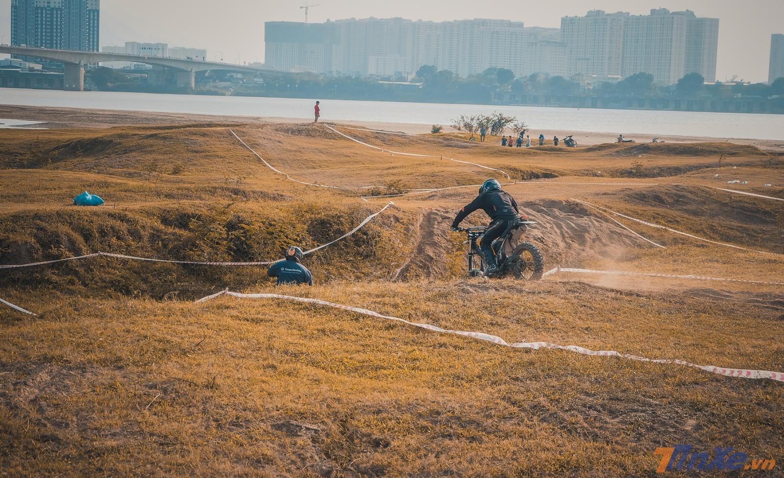 Con dốc đầu tiên cách điểm xuất phát 2 mét và ngay sau đó là một dốc lên khá cao với địa hình đầy cát
