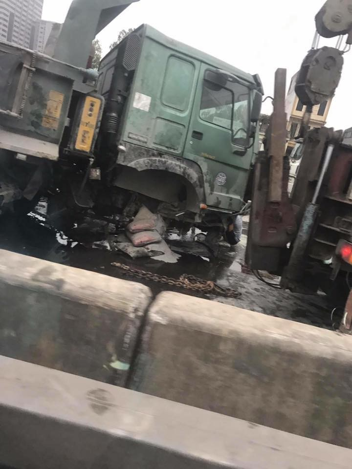 Hiện trường vụ tai nạn của chiếc ô tô tải trên đường vành đai 3 trên cao