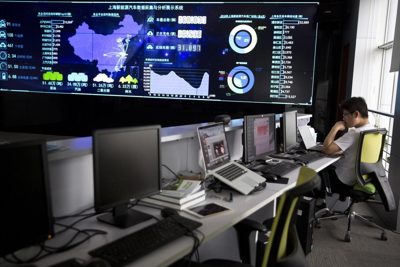 Một màn hình lớn hiển thị thông tin thời gian thực của các xe điện tạiShanghai Electric Vehicle Public Data Collecting, Monitoring and Research Center