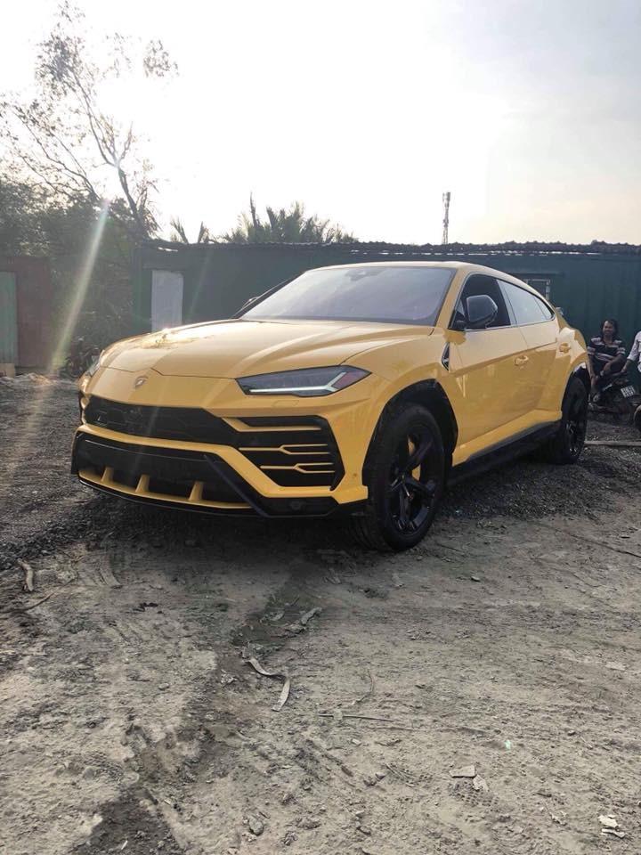 Ngoại thất siêu SUV Lamborghini Urus mới về Việt Nam mang màu sơn vàng