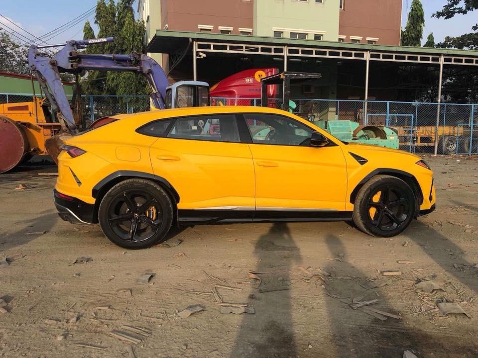 Điểm nhấn ngoại hình chiếc Lamborghini Urus màu vàng còn có các chi tiết sơn đen
