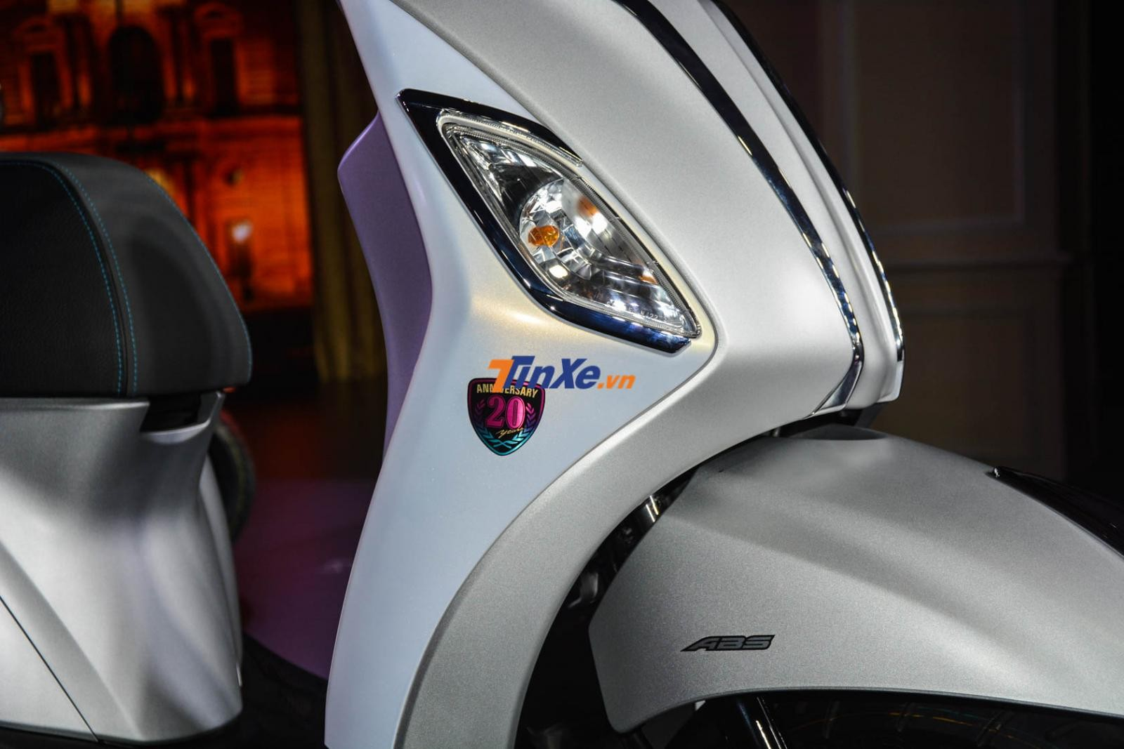 Logo Anniversary 20 Year như một dấu hiệu nhận biết đây là bản kỷ niệm 20 năm của Yamaha Grande Hybrid