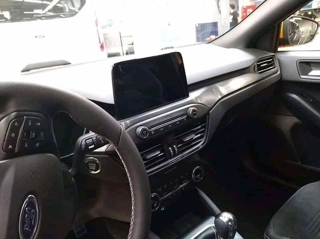 Ford Focus ST 2019 đi kèm vô lăng bọc da và màn hình trung tâm nằm độc lập trên mặt táp-lô
