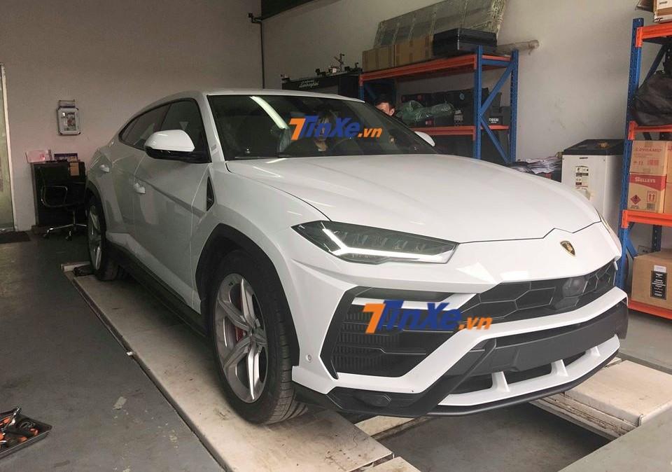 Chủ nhân của siêu SUV Lamborghini Urus đầu tiên về Việt Nam là Minh Nhựa