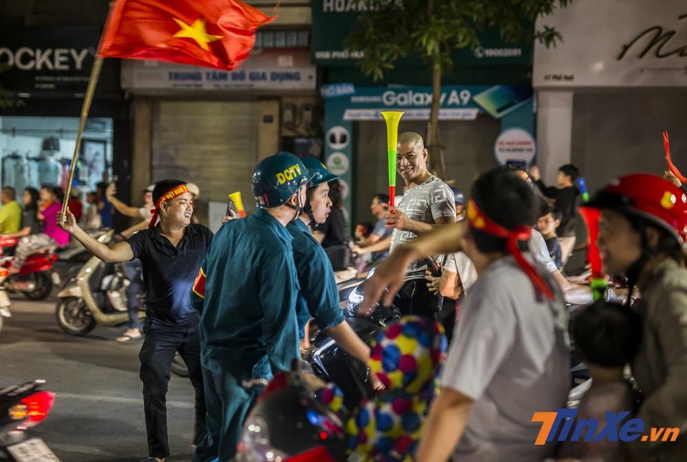 Lực lượng dân quân tự vệ nhắc nhở các cổ động viên về việc vi phạm luật giao thông.