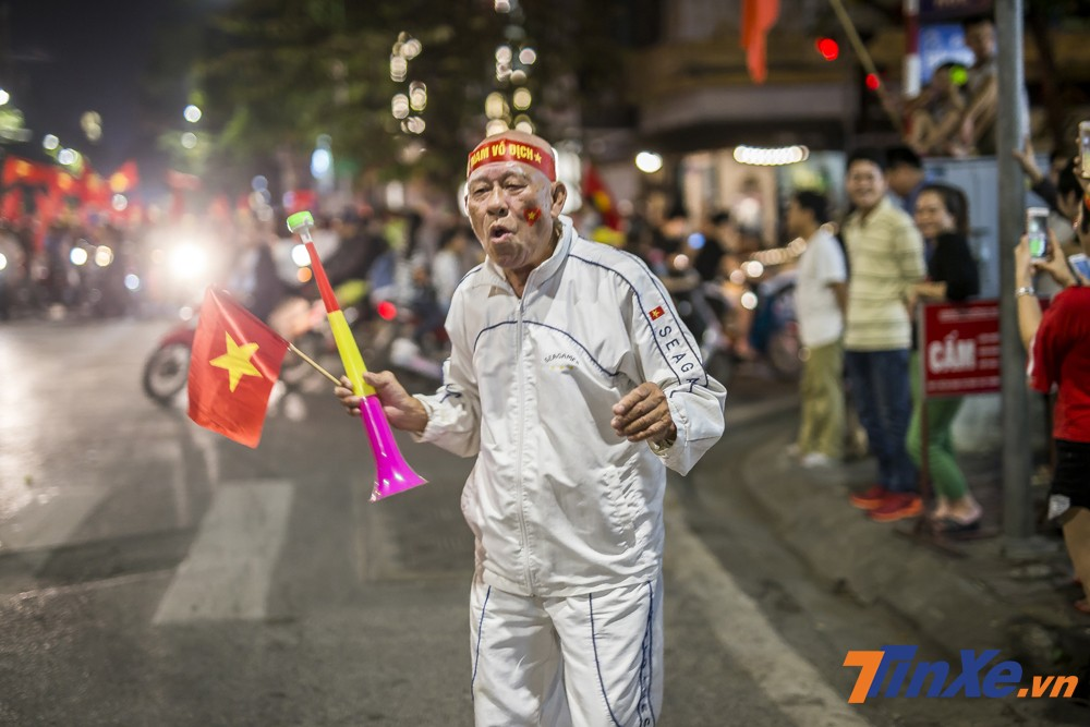 Già trẻ lớn bé, tất cả đều có thể xuống đường và cổ vũ đội tuyển Việt Nam.