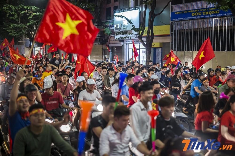 Chỉ ít phút sau, các tuyến phố chính của Hà Nội đã nhanh chóng lấp đầy bởi các cổ động viên.