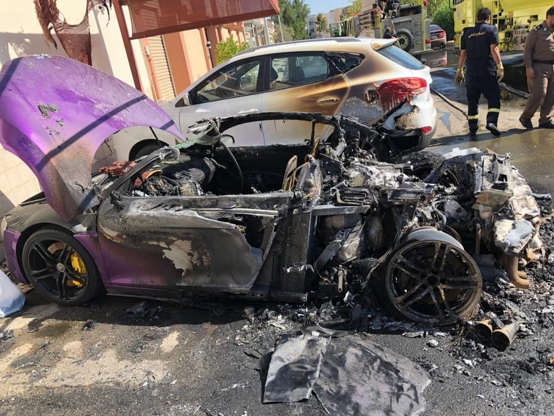 Chiếc SUV nằm cạnh Audi R8 cũng bị cháy xém