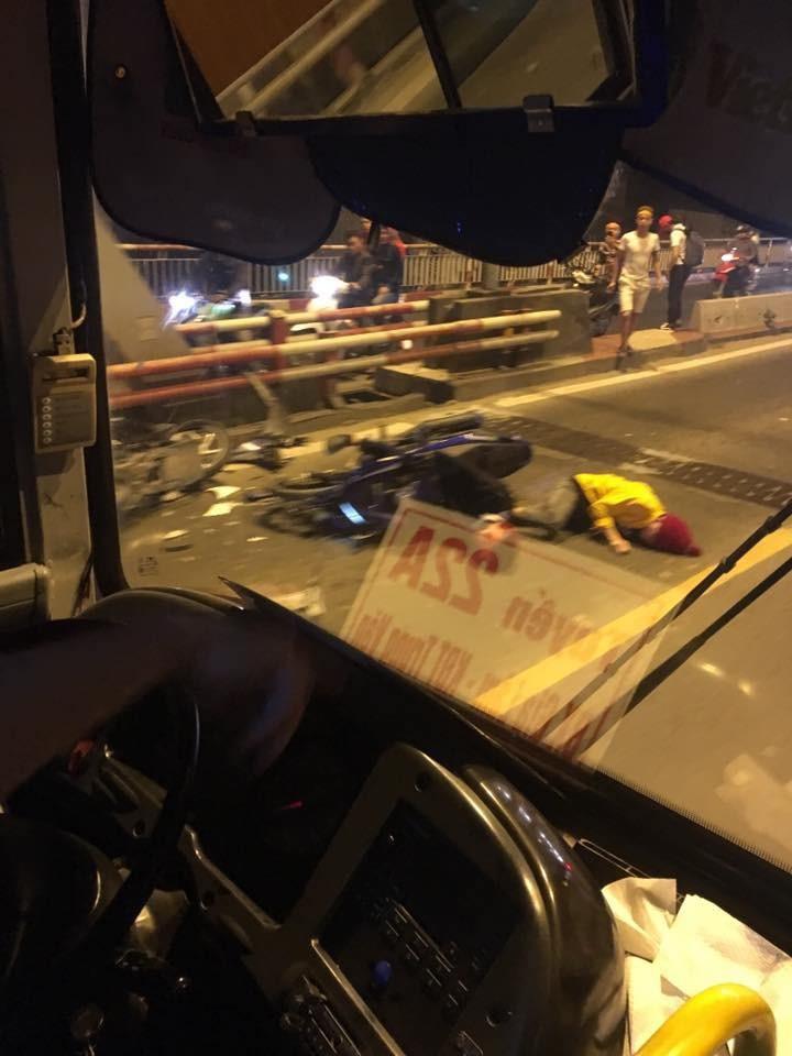 Thanh niên điều khiển chiếc Yamaha Exciter nằm trên mặt đường