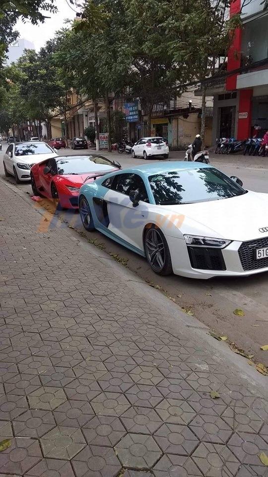 Siêu xe Audi R8 V10 Plus của Cường Đô la đỗ cùng Lamborghini Huracan LP580-2 màu đỏ trên đường phố Lạng Sơn