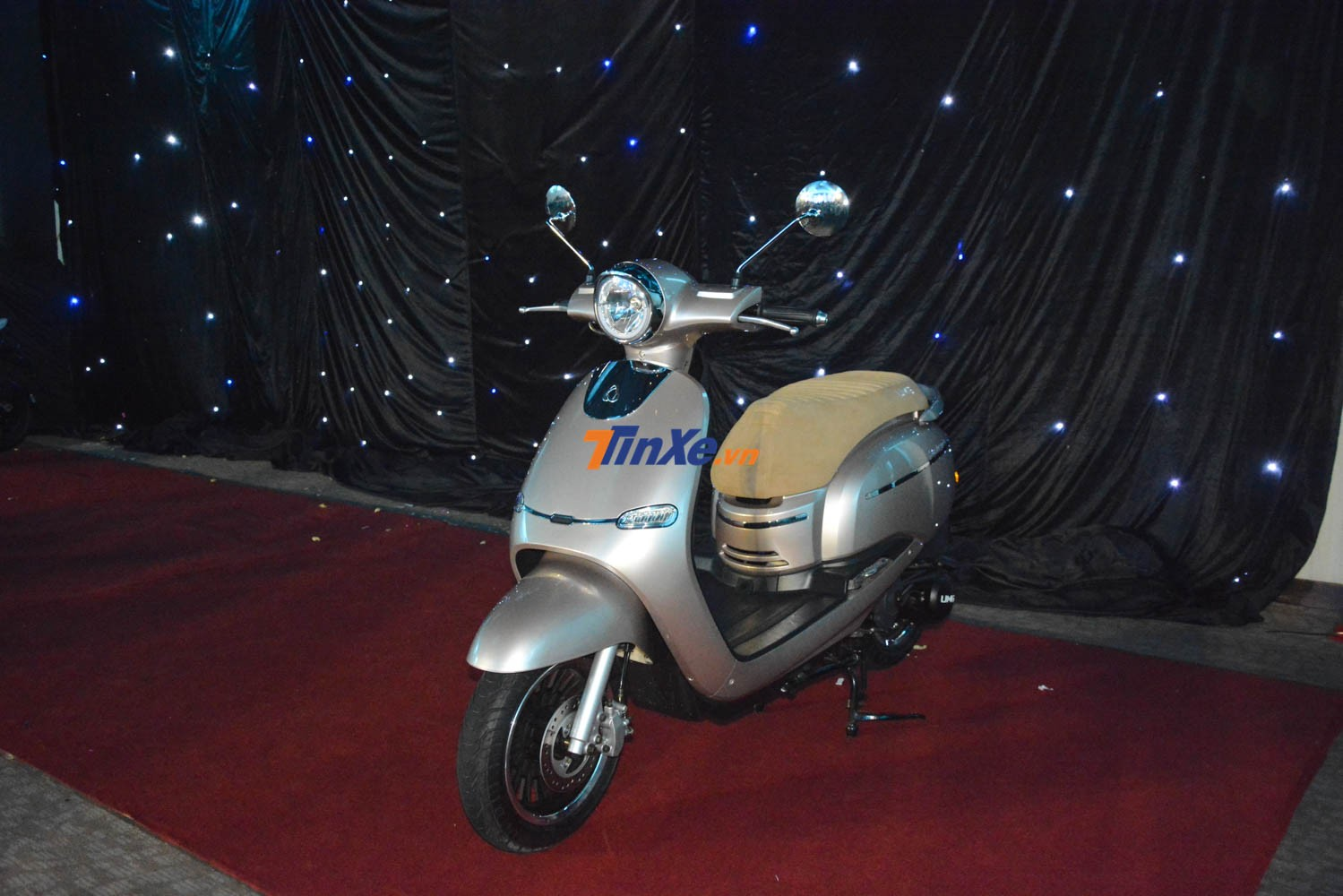 Với giá 32,6 triệu đồng, Selena 125cc còn cao hơn giá xe Honda Vission 110cc khoảng 2,6 triệu đồng