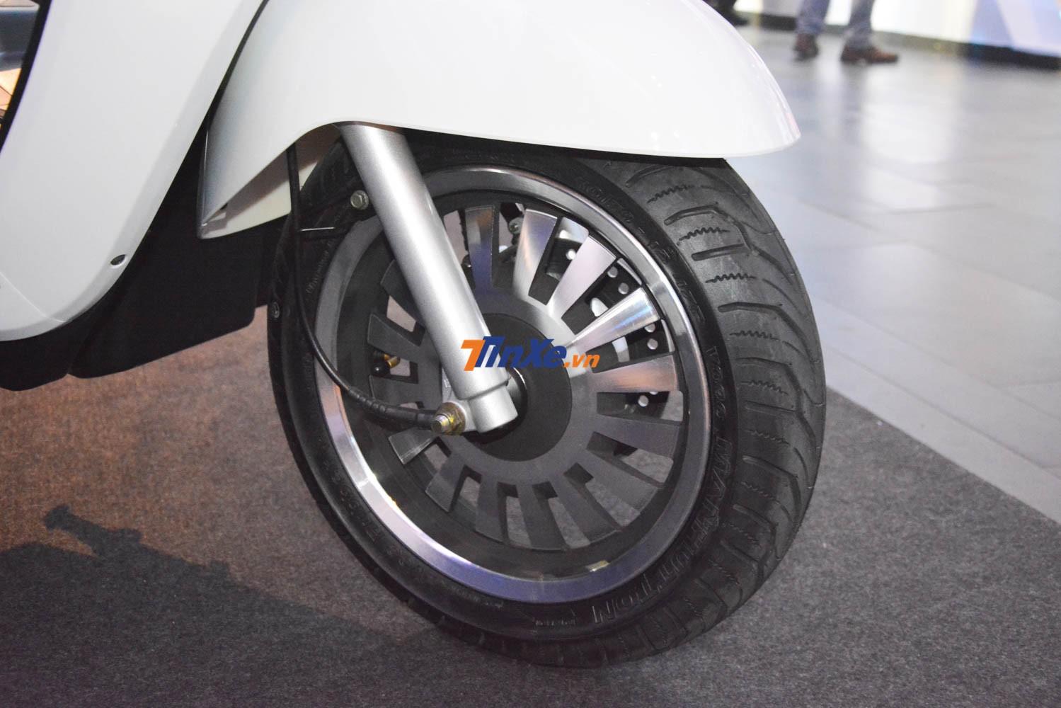 UMG Motor Selena được trang bị mâm đa chấu có kích thước 12 inch với các chấu mâm mạ crôm