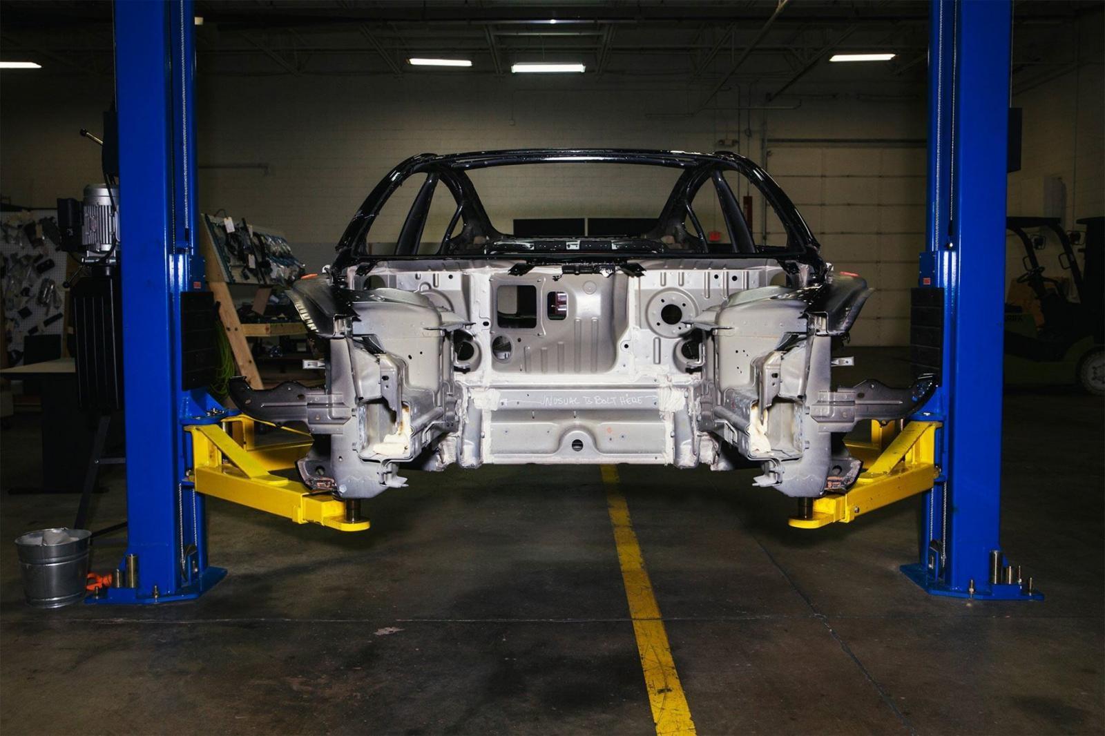 Thân thể của một chiếc Tesla Model 3 đã được tháo rời trong nhà kho củaMunro& Associates.
