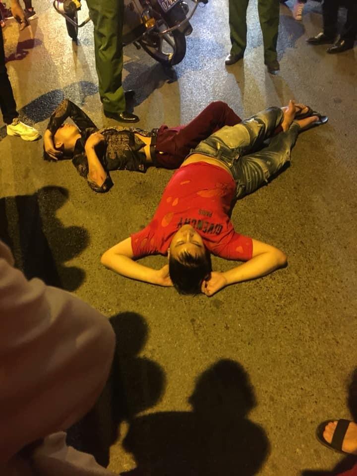 Vụ tai nạn tiếp theo xảy ra tại trước cửa số nhà 55A Ô Chợ Dừa khiến 2 thanh niên điều khiển xe máy bị thương nặng.