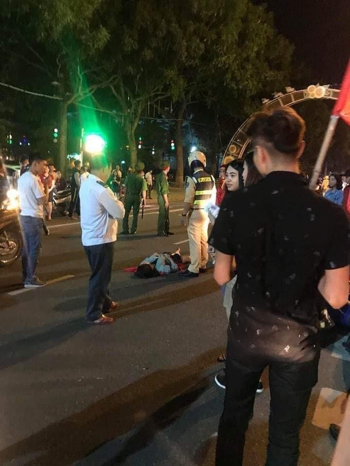 Tiếp đó là một vụ tai nạn tại quảng trường tỉnh Vĩnh Yên khiến một bạn nữ nằm bất động
