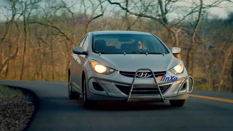 Chiếc Hyundai Elantra được trang bị thêm thanh bảo vệ lưới tản nhiệt