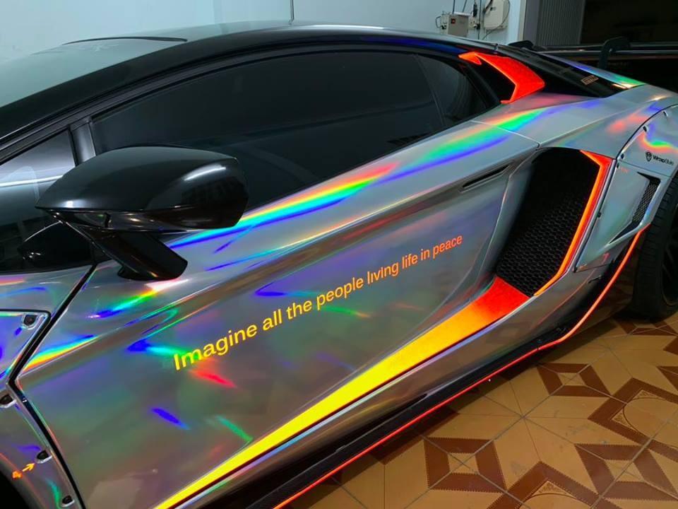 Bộ áo màu crôm tán sắc giúp ngoại hình siêu xe Lamborghini Aventador độ body kit bản giới hạn Liberty Walk gần 3 tỷ đồng trở nên nổi bật
