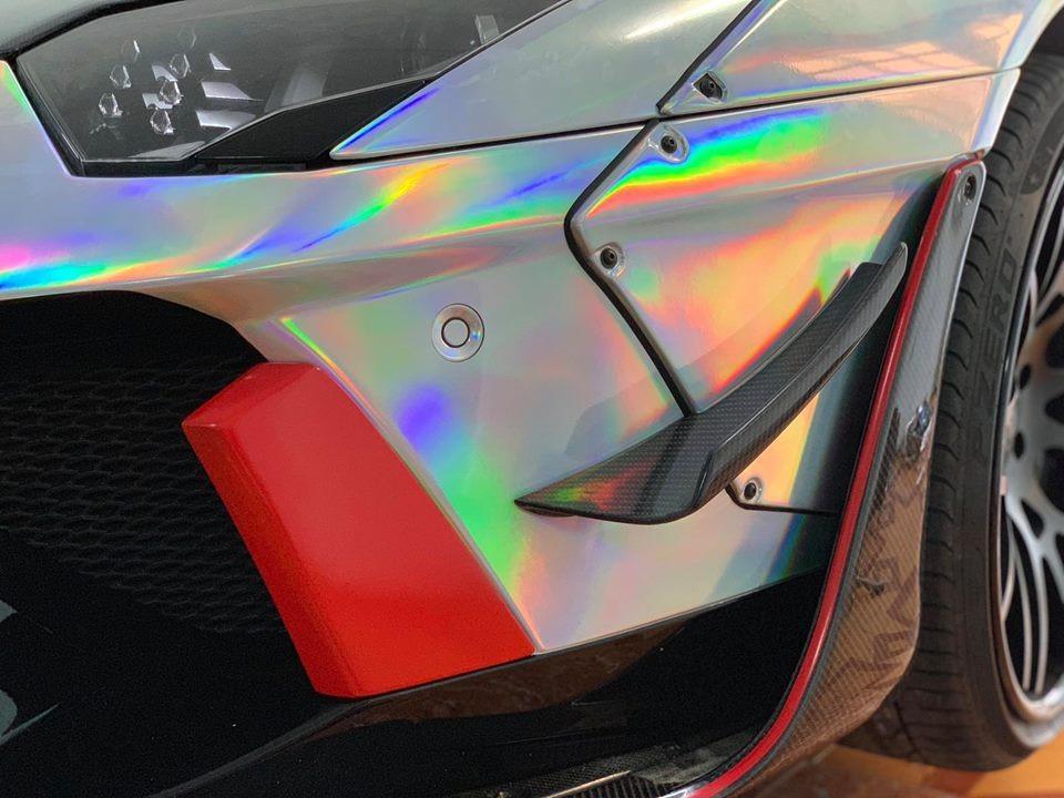 Ngoài bộ áo màu crôm tán sắc, ngoại thất siêu xe Lamborghini Aventador Limited Edition 50 còn có nhiều chi tiết bằng sợi carbon