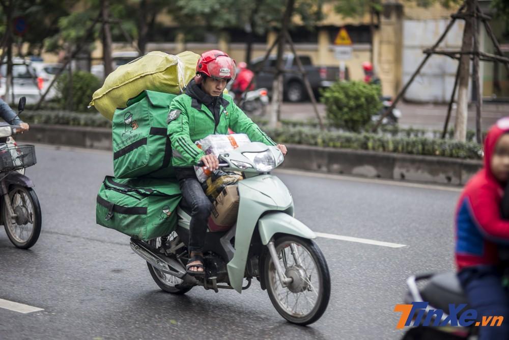 Nếu không vì mưu sinh hoặc công việc thì cũng ít người muốn phải ra đường lái xe máy trong điều kiện thời tiết này.
