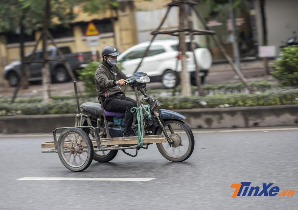Đợt lạnh đầu tiên của năm 2018 mang đến không chỉ gió rét mà cả những cơn mưa khiến nhiều người tham gia giao thông đã phải chịu lạnh khi tham gia giao thông. Trong hình là một người đàn ông làm nghề vận chuyển cùng chiếc xe ba bánh tự chế đang chạy trong gió rét tại Hà Nội.