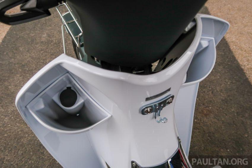 Cổng sạc USB bên trong hộc để đồ nhỏ. Ở dưới đồng hồ là móc treo đồ với khả năng chịu tải 0,5 kg