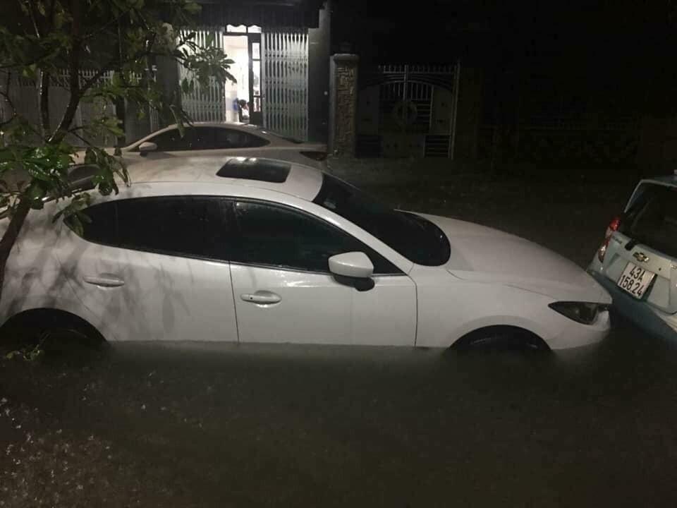 Những chiếc ô tô đỗ ngoài đường trong đêm đều bị hỏng ít nhiều