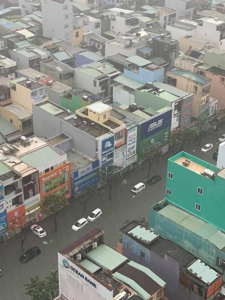 Hàng loạt tuyến phố tại Đà Nẵng biến thành sông sau một đêm