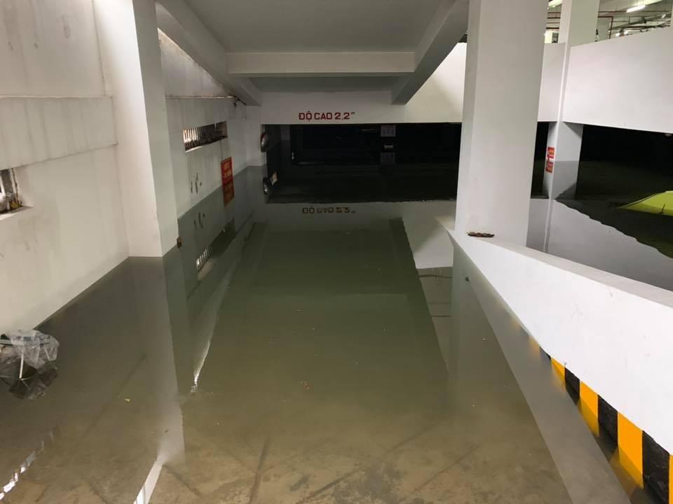 Hầm đỗ xe trong một tòa nhà bị ngập nặng