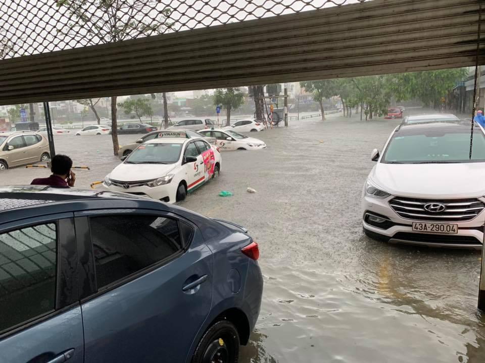 Đường ngập nặng khiến mọi hoạt động tại thành phố Đà Nẵng gần như bị tê liệt