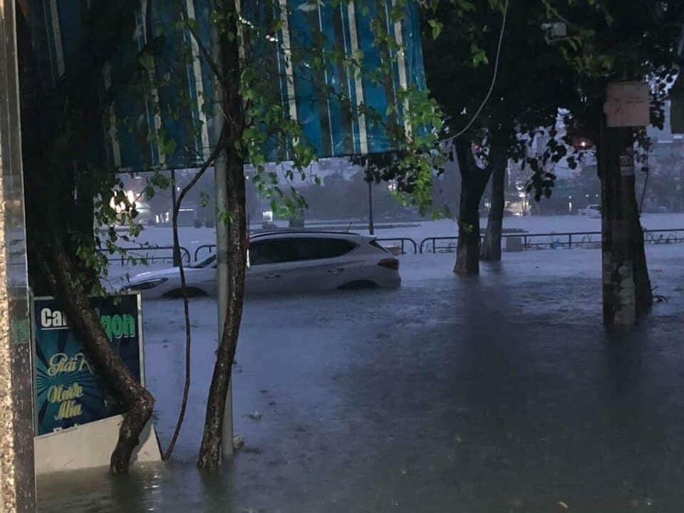 Cơn mưa lớn bất ngờ trong đêm khiến người dân Đà Nẵng không kịp trở tay