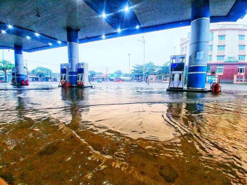 Một cây xăng tại thành phố Đà Nẵng bị ngập nước