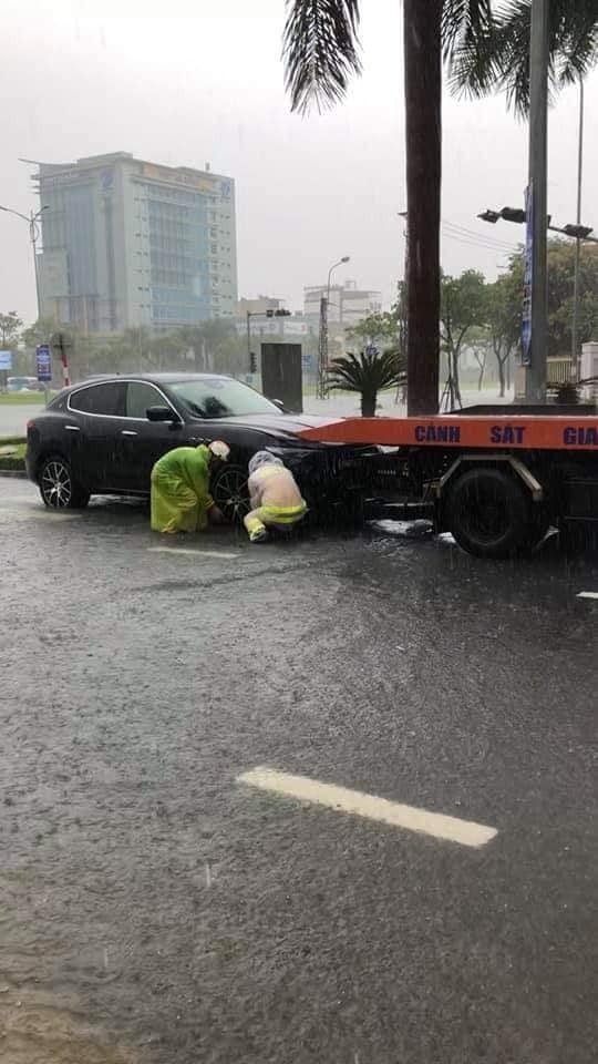 Một chiếc SUV hạng sang phải nhờ đến xe cứu hộ để thoát khỏi đường ngập