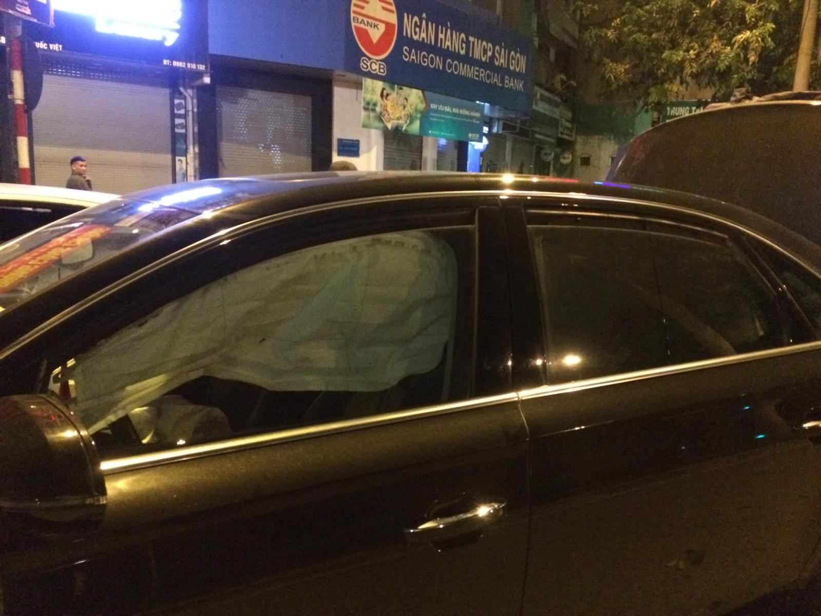 Túi khí bên trong chiếc Audi A8 đã bung ra, che kín cửa sổ
