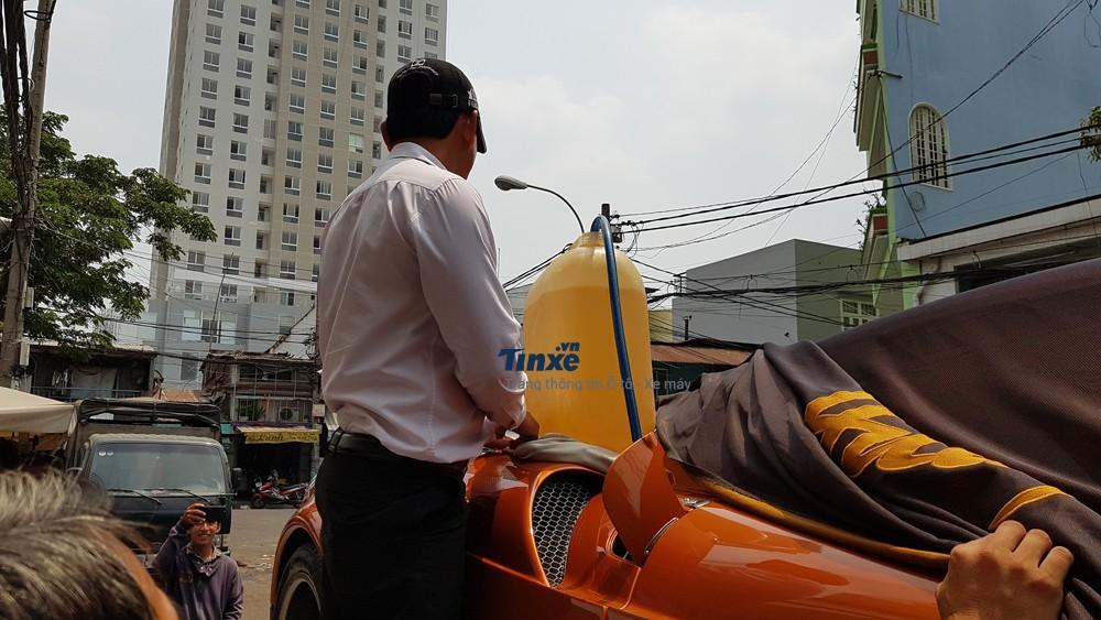 Pagani Huayra được đổ xăng ngay trên xe chuyên dụng