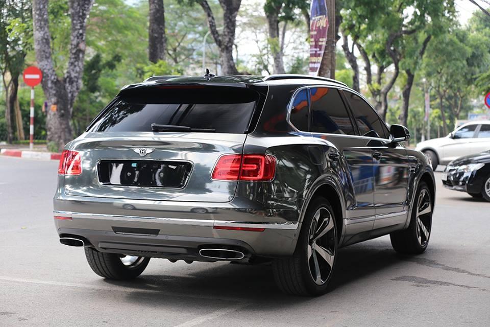 Chiếc SUV siêu sang Bentley Bentayga First Edition cũng là thành viên mới nhất cho trào lưu thay áo sang màu crôm đen tại Việt Nam