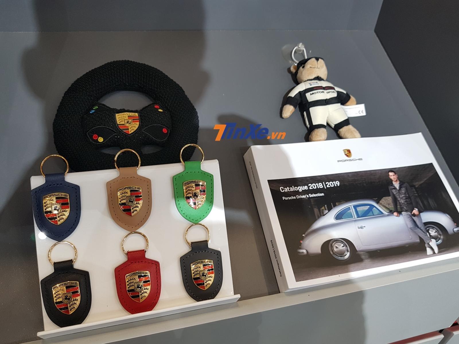 Từ những chiếc áo Porsche, ly sành điệu, móc khoá dễ thương