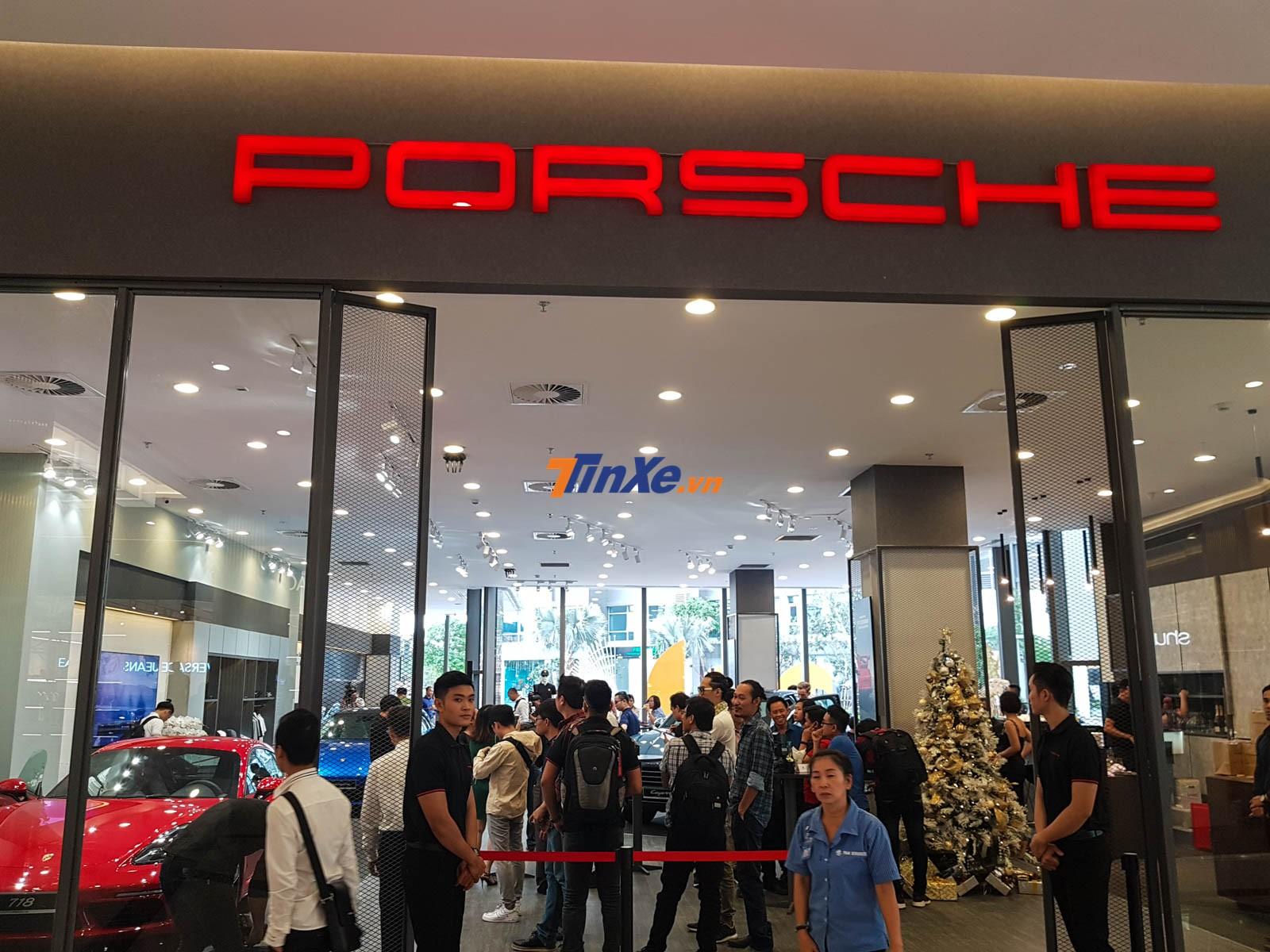 Không gian trưng bày của Porsche tại The Landmark 81 nằm kế bên showrrom của Lamborghini và Bentley