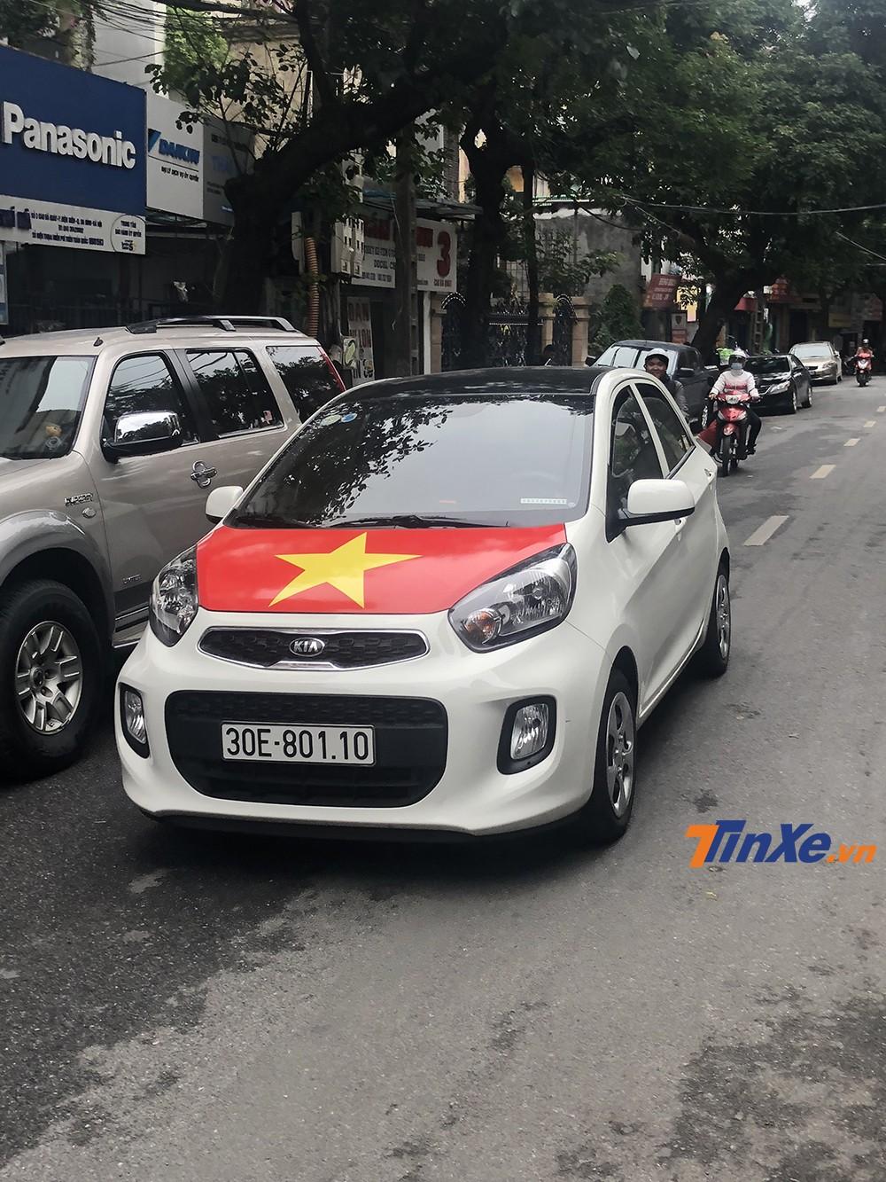 Có thể dễ dàng bắt gặp những chiếc xe dán cờ đỏ sao vàng chạy trên đường phố trong suốt thời gian qua.