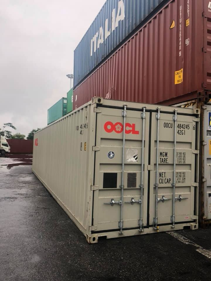 Chiếc container chứa 2 siêu phẩm Aston Martin chính hãng đầu tiên tại Việt Nam ở cảng Hải Phòng