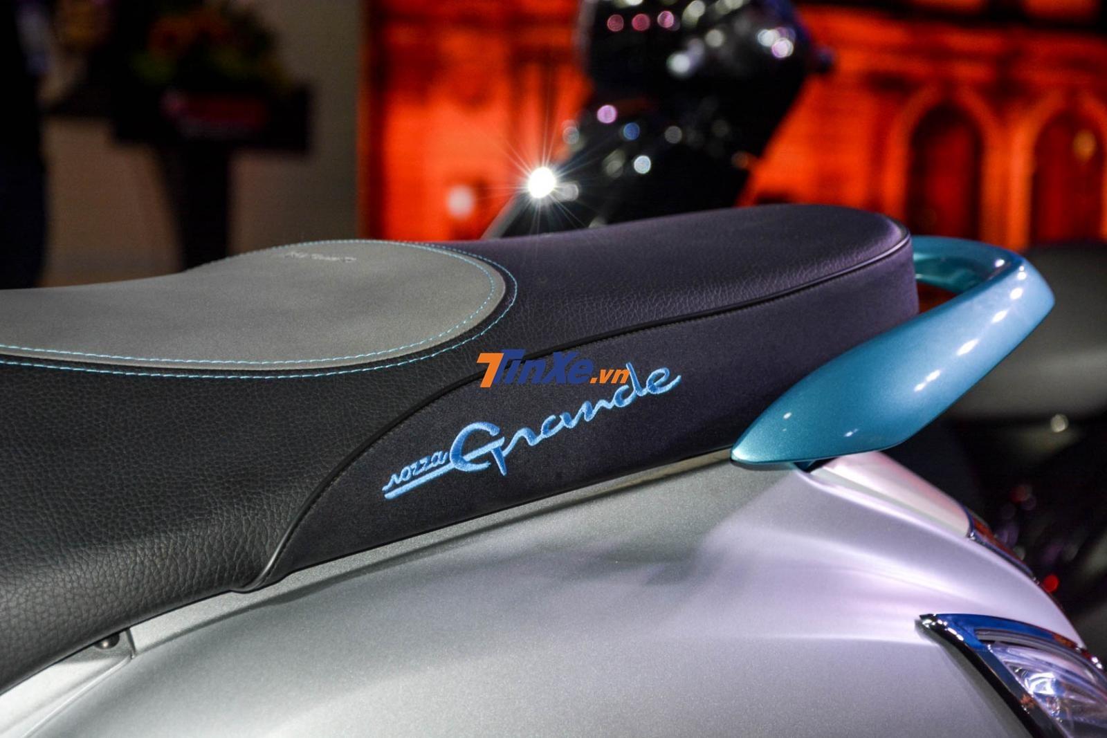 Bản kỷ niệm 20 năm trên Yamaha Grande Hybrid còn nhận được một thay đổi khác chính là tay nắm xe phía sau và dòng chữ Nozza Grande được hoàn thành với màu xanh ngọc