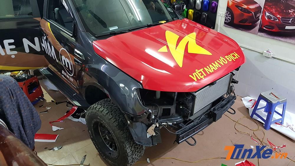 Phần nắp ca-po của chiếc Ford Ranger Wildtrak Bi-Turbo được dán cờ Việt Nam.